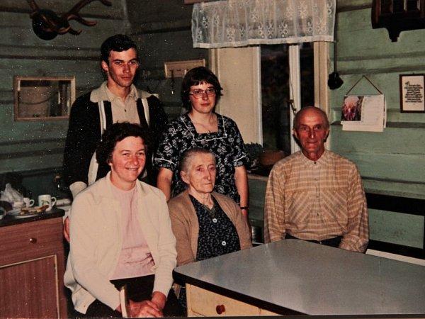 Paní Krista sdětmi a rodiči na rodinné fotografii zchalupy vDolní Rokytnici.