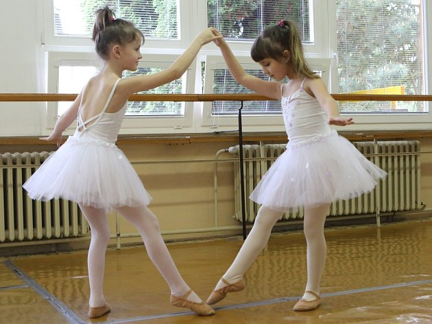 Baletky ze ZUŠ Neštěmice trénují na premiéru.