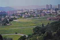 Jak se jmenuje ústecké sídliště, které ohraničuje šestice vysokopodlažních domů? Snímek je z roku 1976 z publikace Ústí nad Labem.