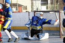 Hokejbal 2. liga sever - Dukla Ústí (žlutočervení) udolala v dramatickém utkání Killers Litoměřice (modří) 4:3.