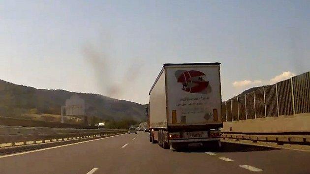 Kamion nevyužil připojovací pruh