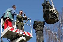 Socha svaté trojice ze Svádově se stěhuje do Hořic, kde se bude restaurovat.