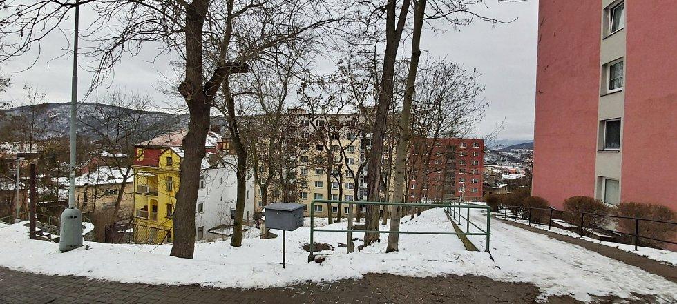 Obvod Střekov v Ústí nad Labem. Paneláky u kostela