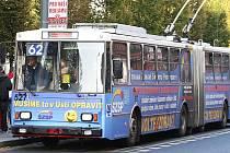MUSÍME TO V ÚSTÍ OPRAVIT. To hlásá na několika trolejbusech a autobusech MHD v Ústí reklama SZSP.