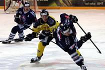 Ústečtí hokejisté (žlutí) doma podlehli Benátkám 3:4 v prodloužení.