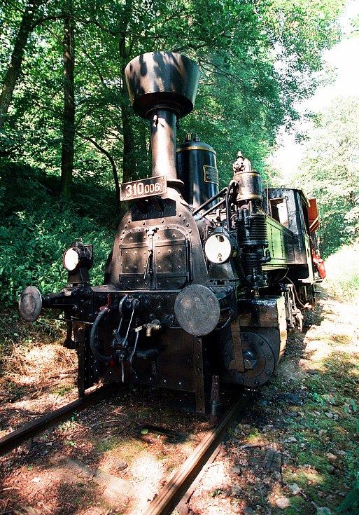 Muzeální železnice v Zubrnicích v sobotu pořádá po dvaceti letech Sraz drezín a vzpomínku na natáčení filmu Páni kluci. Archivní foto ukazuje jak to před dvaceti lety  v Zubrnicích vypadalo.