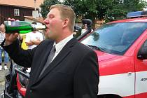 Vladimír Stříbrný, starosta obce Heřmanice na Frýdlantsku, kterou v létě 2010 málem smetla povodeň, připil při křtu hasičského vozu při vzpomínkové slavnosti 13. srpna 2011.  Stříbrný byl jedním z nominovaných ve 3. ročníku soutěže Era Starosta roku.