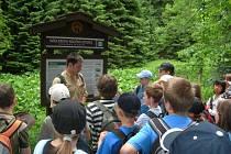 Turistů v Ústeckém kraji přibývá. Na snímku výlet s certifikovaným průvodcem Českým Švýcarskem, po Köglerově naučné stezce na Krásnolipsku.