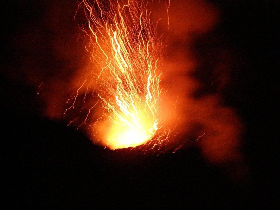 """Aleš Zeman z Vědomic poslal krásné """"sopečné"""" fotky ze své výpravy do Itálie. Na snímku soptící vulkán Stromboli."""