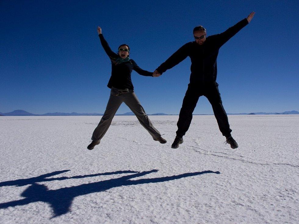 Ač se zdá, že fotografie byla pořízena na sněhu či ledu, pozdrav je zaslán z největší solné pláně na světě Salar de Uyuni.  Foto do naší soutěže poslala Marta Pleskačová z Postoloprt.