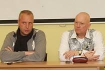 Předseda představenstva Krajské zdravotní Petr Benda  a kolem něj členové představenstva Pavel Kouda (vpravo) a Eduard Reichelt na tiskové konferenci.