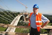 Pavel Lány, stavební dozor Ředitelství silnic a dálnic, kontoluje unikátní stavbu mostu přes Opárenské údolí.