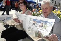 Čtenáře Janu a Pavla Beckerovi upoutal obsah Ústeckého deníku už přímo na Lidickém náměstí