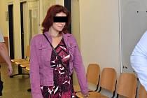 Nikola M. (28 let) je obžalována ze zločinu těžkého ublížení na zdraví. Údajně měla třást se svým půlročním synem tak dlouho, až ho zabila. Obžaloba ji viní také z prodeje drog.