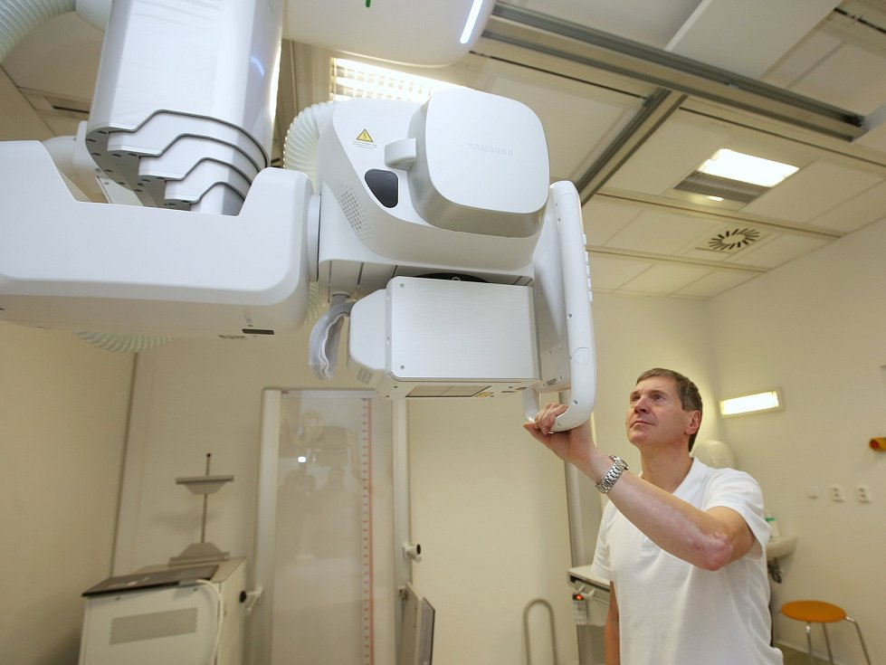Petr Košťál, vedoucí radiologický asistent ukazuje technické vymoženosti nového rentgenologického zařízení.