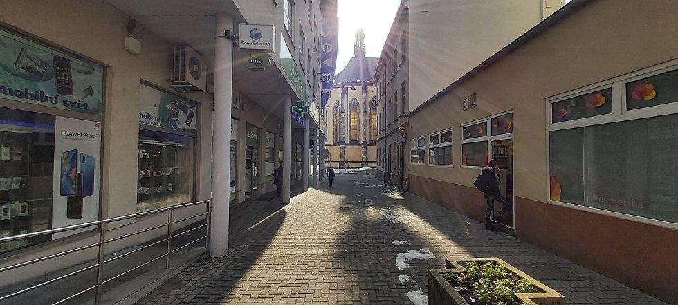 Depresivní sobotní dopoledne 20. února v centru Ústí nad Labem. Veselo bylo málokomu, navzdory slunečnému počasí.