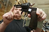 Policisté z oddělení kriminalisticko technických expertíz krajského ředitelství Policie ČR v Ústí nad Labem ukazují hromady zbraní, které se jim sešly z celého kraje v rámci zbraňové amnestie.