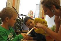 Studentky zdravotní školypřišly dětem ze ZŠ Brná vysvětlit a ukázat, jak mají správně pečovat o své zuby.