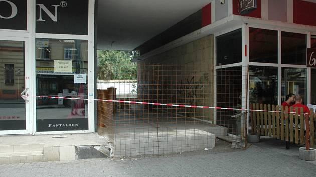 V průchodu pod Interhotelem Bohemia již dělníci postavili podlahu budoucí prodejny. Má zde být prodejna elektro a bazar, což je podle kritiků zastavárna.