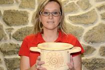 Místo v kanceláři sedí Marcela Macková ve své dílně. Splnila si sen, vyrábí keramiku.