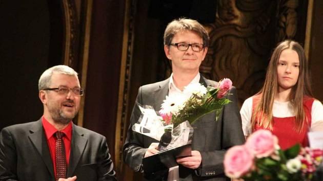 Jan Šťastný, herec a moderáror, v Severočeském divadle na benefici Zpíváme pro Tebe.