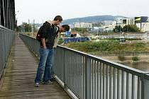 Dřevěná lávka na železničním mostě – pro některé nostalgické připomenutí, že cesta přes řeku nemusí být všude jen betonovou cestou, pro jiné problém, že mezi prkny prosvítá hloubka dole.
