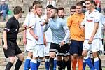 Fotbalisté Neštěmic (v šedém) doma otočili zápas proti Junioru Děčín a vyhráli 6:2. Rodrigo Taverna diskutuje s rozhodčím.Foto: Deník/Rudolf Hoffmann