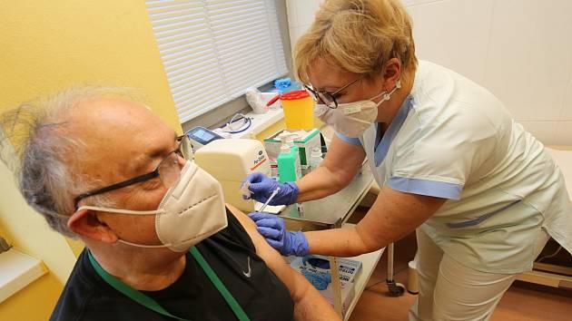 První očkování vakcínou proti covidu-19 v ústecké Masarykově nemocnici. Ilustrační foto.