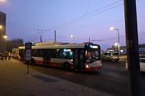 V Něštěmicích se srazil trolejbus s osobním vozem.