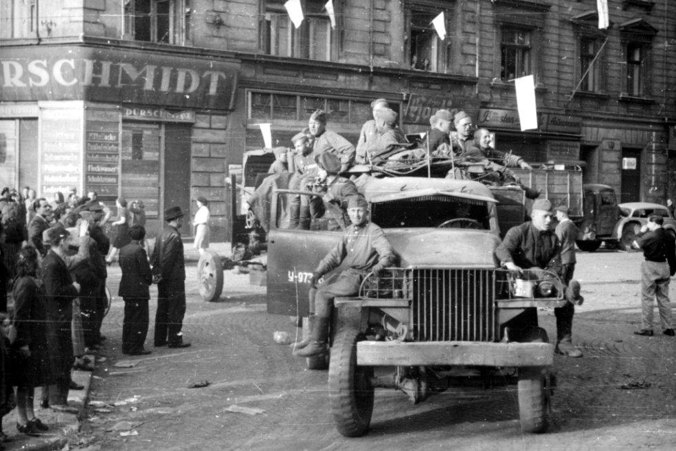 Křižovatka ústecké Masarykovy a Pařížské ulice. Projíždí americký náklaďák se sovětskými vojáky 9. května.