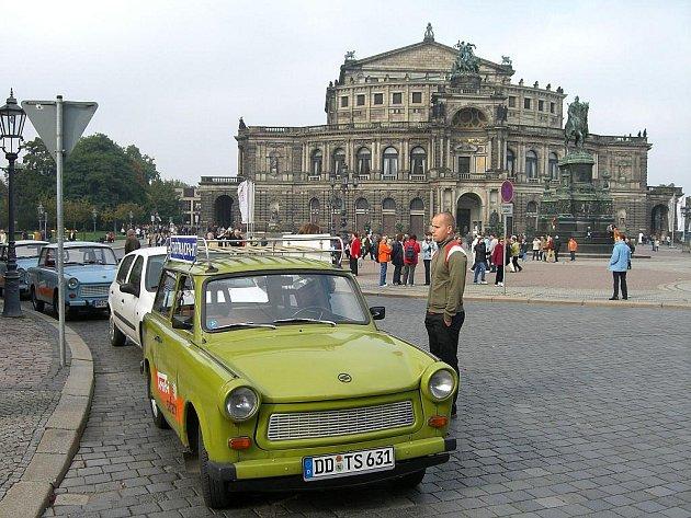 Nostalgickou atmosféru bývalé NDR navozuje v Drážďanech jízda v trabantech.
