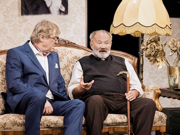 Dva populární herci pražského Divadla Bez zábradlí Rudolf Hrušínský ml. a Zdeněk Žák ve zbrusu novém českém nastudování úspěšné britské hořké komedie z domova pro vysloužilé muzikanty Kvartet.