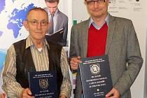 Jaroslav Haidler starší (vlevo) a ústecký nakladatel Pavel Meszáros s oceněními na veletrhu v Praze.