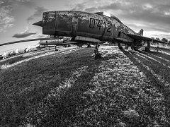 Fotograf se soustředil především na letouny, které někde chátraly.