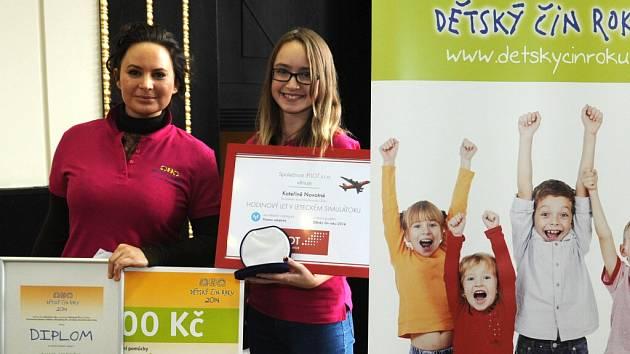 Vítězka Dětského činu roku 2014 Kateřina Novotná ze Žatce s patronkou kategorie Pomoc ostatním Jitkou Čvančarovou.