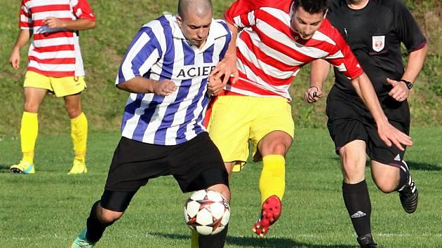 Fotbalisté Jiskry Velké Březno (modří) doma prohráli.