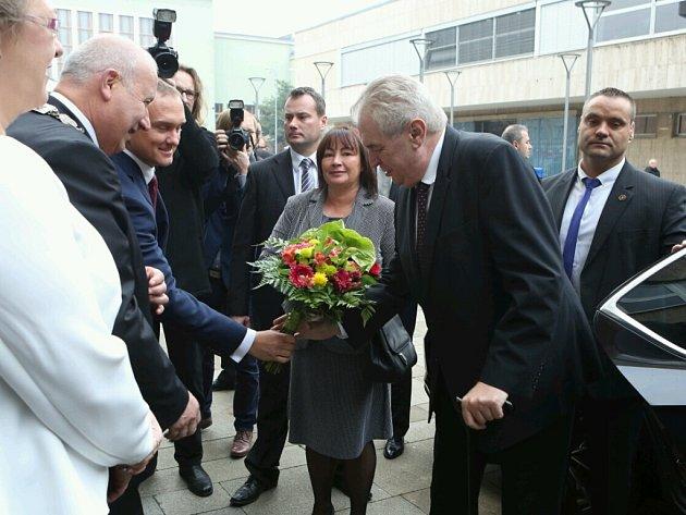 Příjezd prezidentského páru kbudově Krajského úřadu.