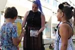 Umělkyně při interakci s místními dětmi