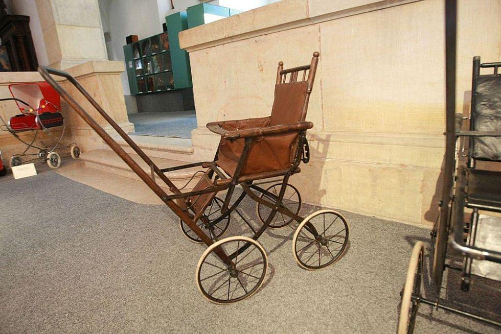Jediná výstava, která uceleně a bez narušení kontinuity mapuje vývoj dětských vozítek od 80. let 19. století až do let poměrně nedávných.