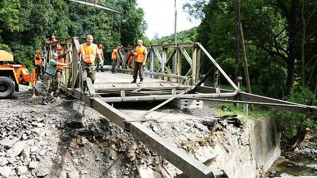 Vojenský záchranný útvar z Olomouce stavěl most v Lužci dva dny. Je složen z pěti dílů, každý z nich měří tři metry a váží dvě a půl tuny. Sloužit by měl dva roky.