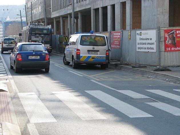 Trolejbus byl během vyšetřování odstaven za přechodem pro chodce u Hraničáře.