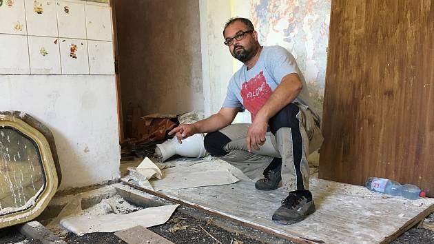 Nový vlastník byty v bývalé ubytovně vedle školy v Předlicích opravuje. Stavbyvedoucí Lukáš Kolínský popisuje, co všechno bude potřeba opravit.