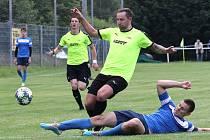 Fotbalisté SK Brná (zelenočerní) porazili v semifinále krajského poháru Sokol Domoušice (modří) 5:1.