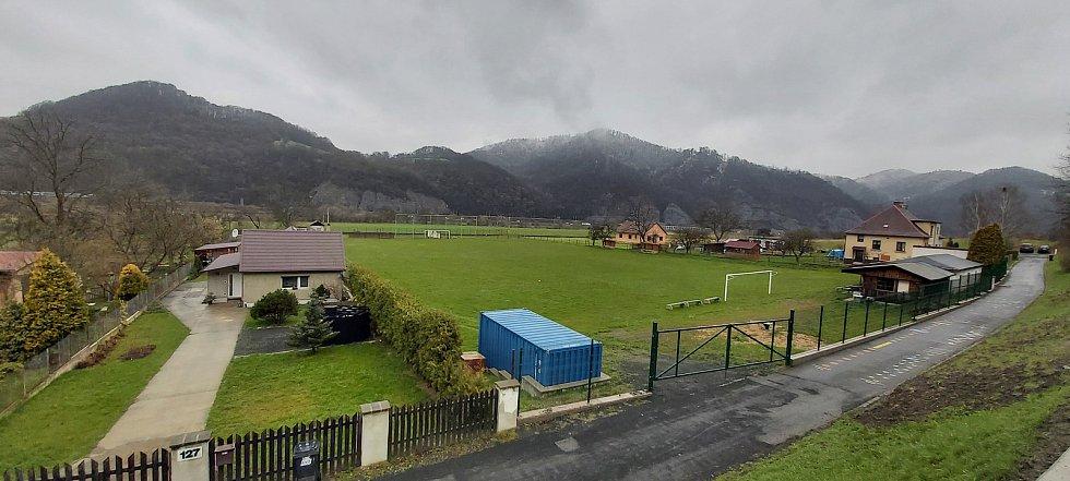 Malé Březno je malá obec o zhruba 515 obyvatelích u hranice s Děčínskem, na střekovské straně Labe. Její součástí je obec Leština. Snímky z procházky obcí. Fotbalové hřiště.
