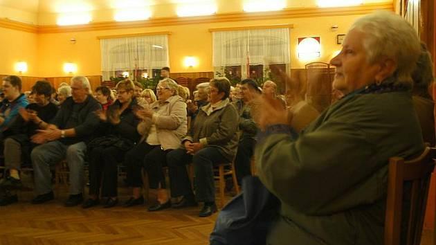 Starostkou Trmic zvolili zdejší zastupitelé opětovně Janu Oubrechtovou. Volbě včera v sále restaurace U Kastnerů přihlíželo asi sedm desítek Trmičanů.