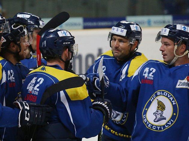 Hokejisté Ústí se radují z branky.
