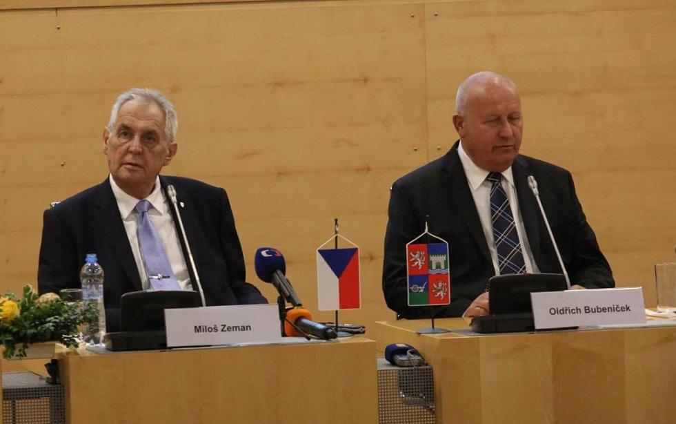 Miloše Zemana přivítal v Ústeckém kraji poloprázdný jednací sál.
