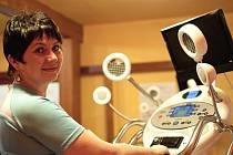 Osmačtyřicetiletá učitelka Dana Dobrotinová se rozhodla zhubnout s Ústeckým deníkem a s T-clubem, kde na snímku zkouší Vacushape.