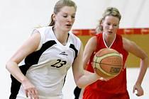Basketbalistky Skřivánku (vlevo Medunová) budou nově hrát pod hlavičkou Slunety Ústí.