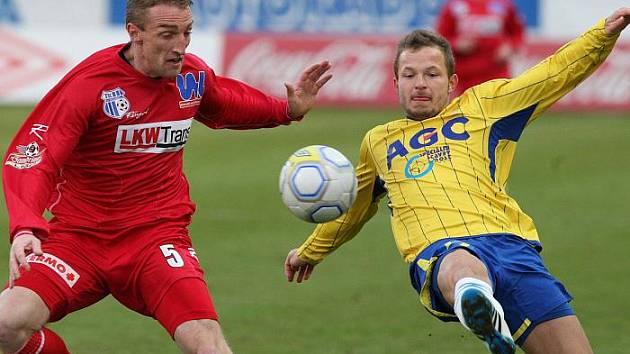 Ústecký obránce Michal Valenta (vlevo) svádí souboj s teplickým útočníkem Tomášem Vondráškem. Teplice v derby vyhrály 2:1.